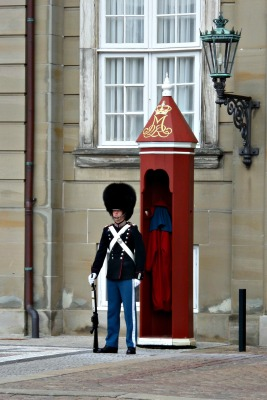During our free walking tour, we even had the pleasure to watch the changing of the royal guards.